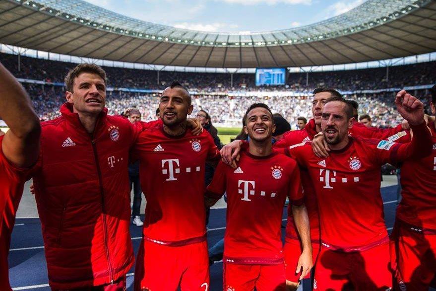 Los jugadores del Bayern celebran la victoria contra el Hertha que los pone cada vez más cerca del título en la Bundesliga. (Foto Prensa Libre: AFP)