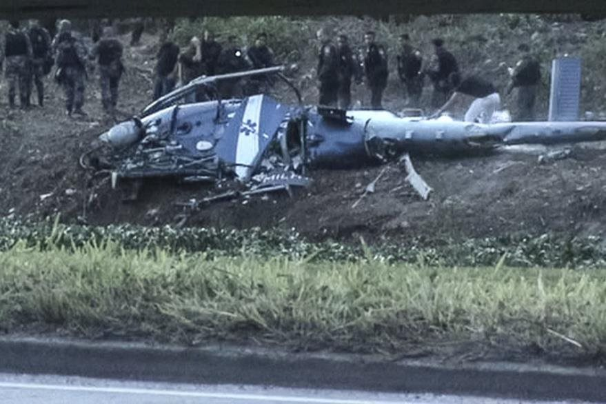Helicóptero policial accidentado en la favela Ciudad de Dios, Brasil. (AFP)