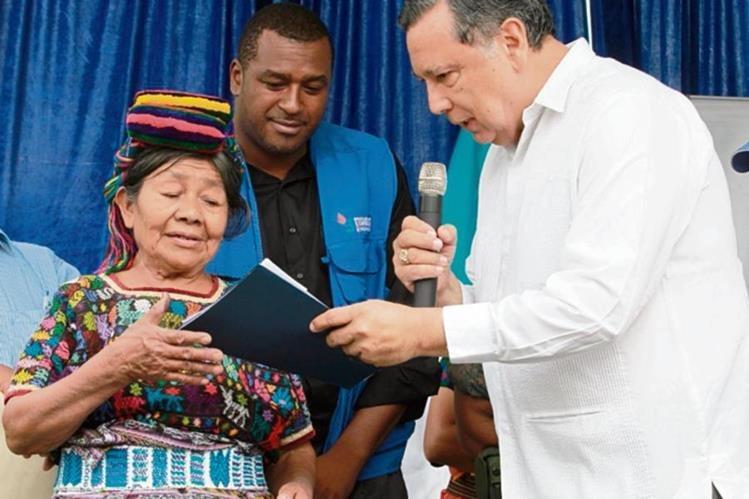 El vicepresidente Alfonso Fuentes entrega el primer cheque a Teodora Chen, sobreviviente de la masacre. (Foto Prensa Libre: Estuardo Paredes)