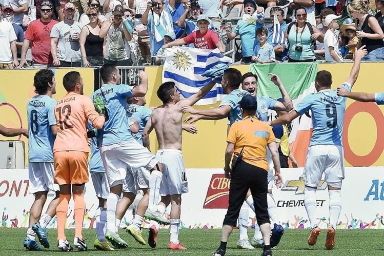 Uruaguay festeja el triunfo que le dio la medalla de oro. (Foto Prensa Libre: AFP)