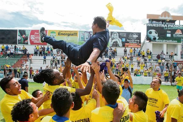 El entrenador Luis Fernando Fuentes es levantado por los jugadores de Bárcena, en la celebración por lograr el ascenso a la segunda fuerza del futbol nacional.(Foto Prensa Libre: Miguel López)