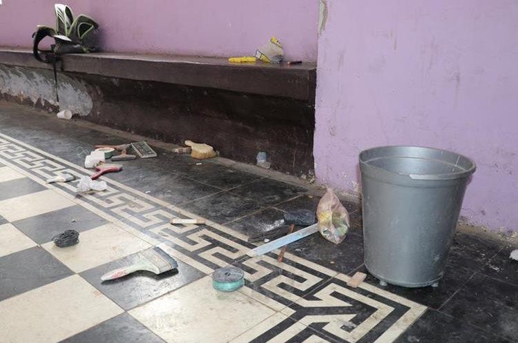 En uno de los pasillos dejaron abandonadas herramientas de los trabajadores. (Foto Prensa Libre: Mario Morales)