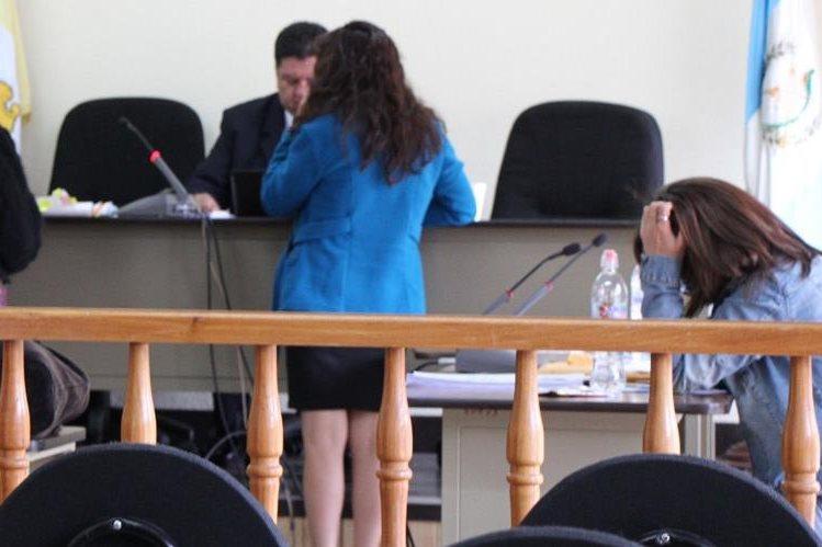 Priscila del Rosario Pineda –sentada-, durante el juicio que se sigue en su contra por supuesto robo de medicamentos en Momostenango, Totonicapán. (Foto Prensa Libre: Édgar Domínguez)