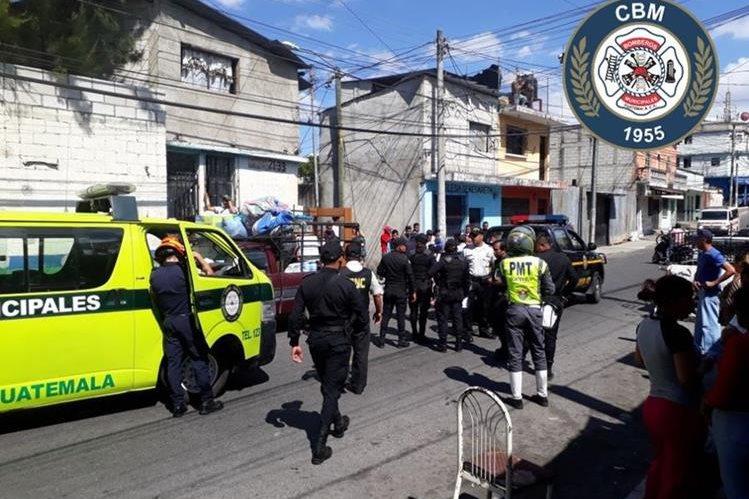 Socorristas trasladan al Hospital General San Juan de Dios a tres personas que resultaron heridas en un ataque armado en la zona 6. (Foto Prensa Libre: Bomberos Municipales)