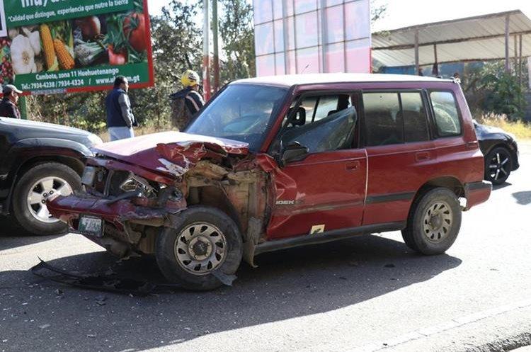 Este vehículo rebasaba en curva y protagonizó el choque contra el autobús. (Foto Prensa Libre: Mike Castillo)