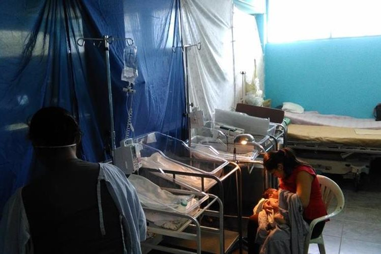 El área de recién nacidos del Hospital de Amatitlán se encuentra en remodelación, y mientras se pinta, los neonatos son atendidos en una habitación improvisada. (Foto Prensa Libre: Geldi Muñoz)