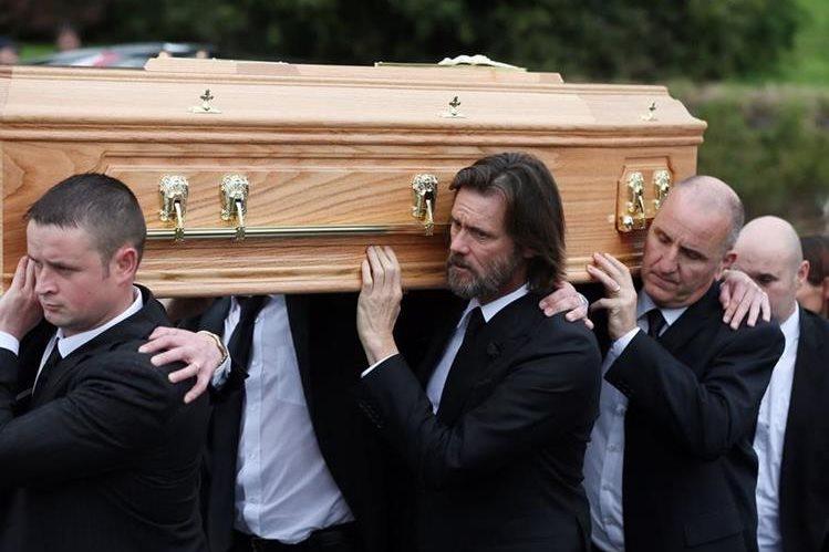 El actor Jim Carrey (centro), lleva el ataúd de su ex novia Cathriona Blanca, hacia el templo de la Virgen de Fátima, en Cappawhite, Co Tipperary, Irlanda. (Foto Prensa Libre: AP).