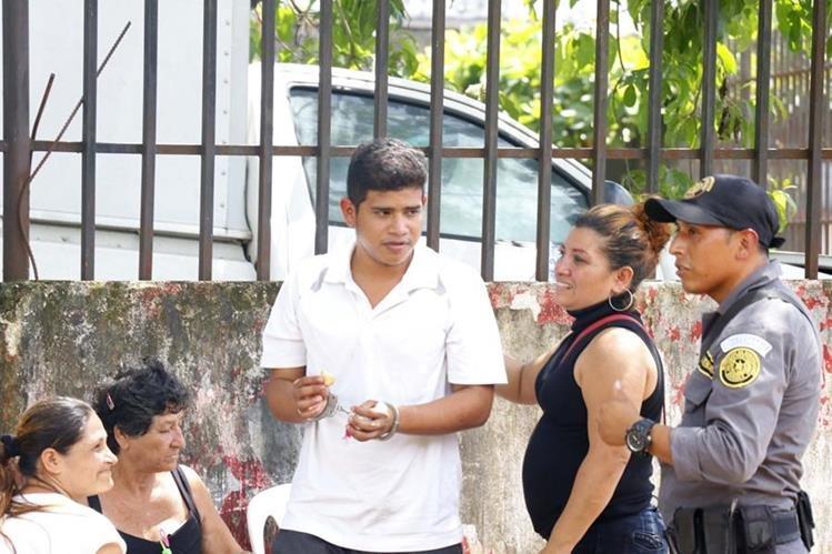 Guilber Josué Barrios saluda a sus familiares luego de la audiencia efectuada en el Juzgado de Retalhuleu.(Foto Prensa Libre: Rolando Miranda)
