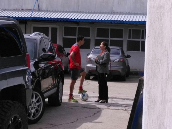 Marco Pablo Pappa se retira del entrenamiento de Municipal después de haber conversado con el presidente rojo, Gerardo Villa. (Foto Prensa Libre: La Red)
