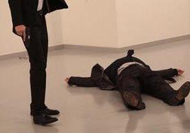 Un hombre mató el lunes al embajador ruso en Turquía.