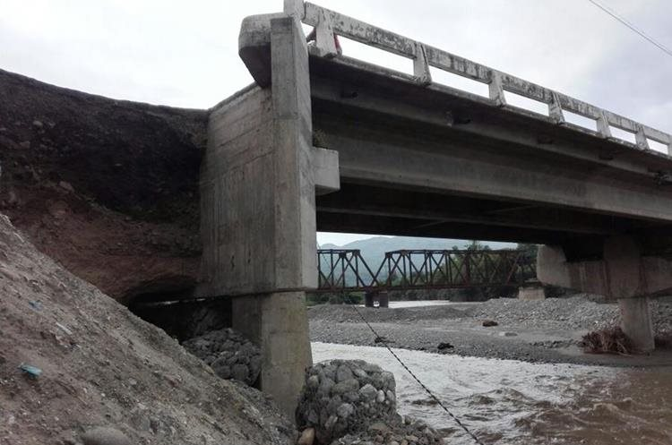 Una de las bases del puente El Tambor que está dañada y a punto de colapsar. (Foto Prensa Libre: Hugo Oliva)