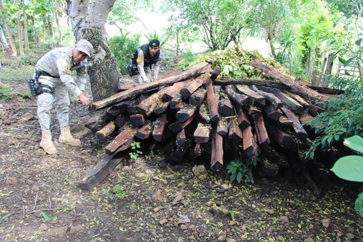Madera decomisada en uno de los inmuebles allanados en Sayaxché, Petén. (Foto Prensa Libre: Rigoberto Escobar).