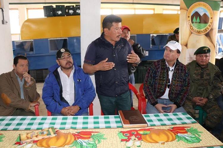 El alcalde de Ixchiguán, David López, presenta propuestas de proyectos agrícolas a representantes del Maga.(Foto Prensa Libre: Whitmer Barrera)