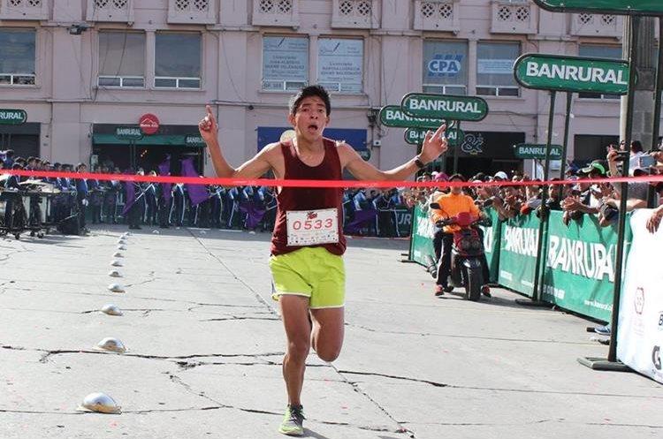 Harold Monterroso en su ingreso a la meta. (Foto Prensa Libre: Raúl Juárez)