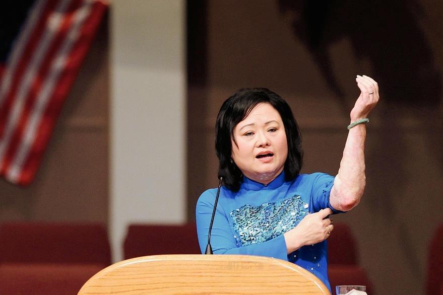 La historia de Kim Phuc inspira a las víctimas de la guerra, en la foto aparece en un acto en 2012. (Foto Prensa Libre: AP)
