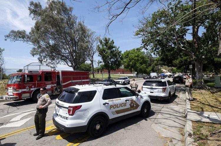 Agentes resguardan ingreso a escuela donde ocurrió la balacera. (Foto Prensa Libre: AP)