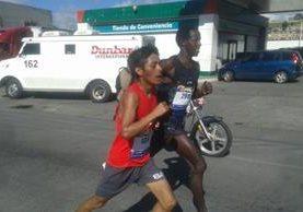 Julajú y Kiprot, en acción, durante los 21K Xela. (Foto Prensa Libre: Carlos Ventura)