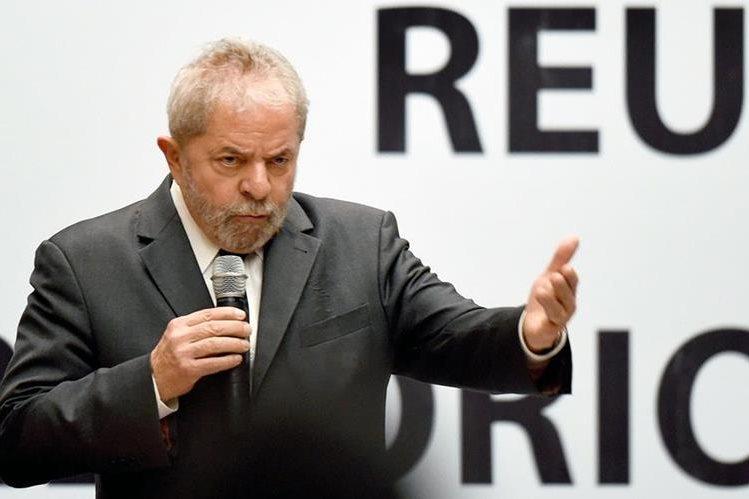 Los brasileños hacen apuestas sobre una posible condena para el expresidente Lula. (Foto Prensa Libre: AFP).
