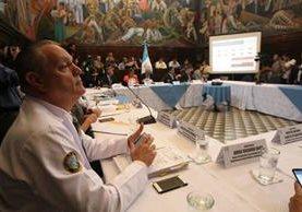 Los 44 directores de hospitales asistieron a una reunión con el diputado Luis Hernández Azmitia. (Foto Prensa Libre: Érick Ávila)