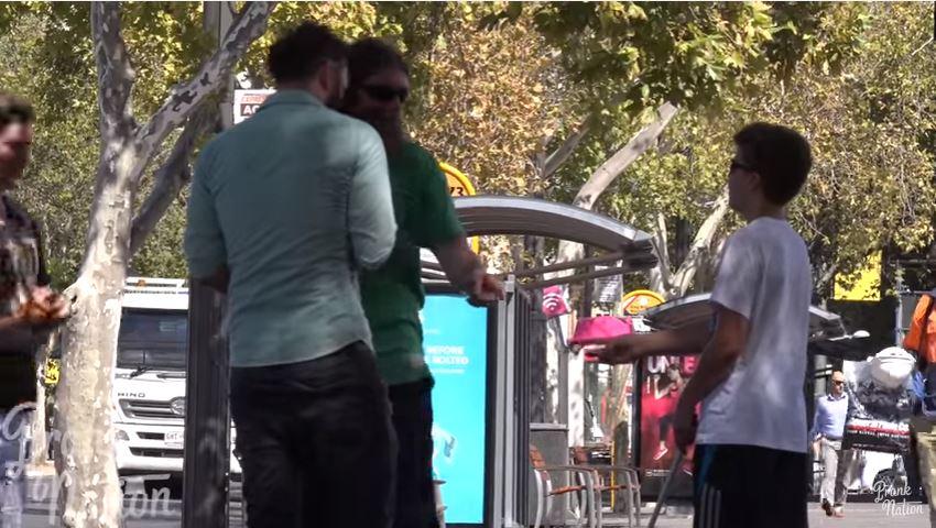 Estos hombres le hicieron saber al chico que estaba entregando el billete incorrecto. (Youtube).