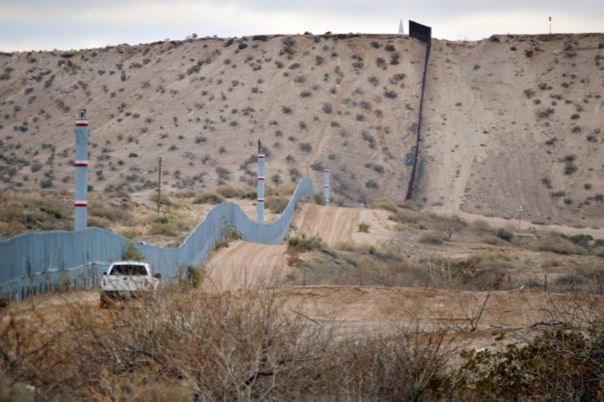 Fotografía que muestra el tamaño del muro en el lado de la frontera esetadounidense. (Foto Prensa Libre: AP).