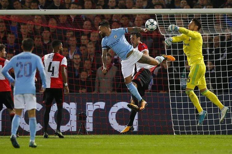 Bradley Jones, portero del Feyenoord evita un gol de Nicolás Otamendi.