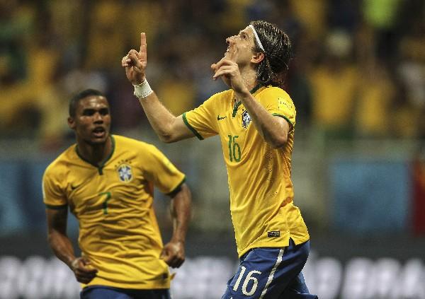 Filipe Luís festeja el gol ante Perú. (Foto Prensa Libre: EFE)