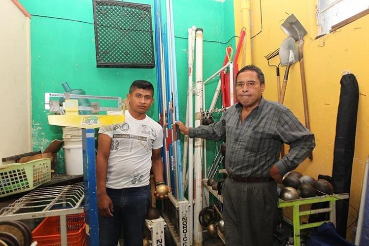 Hugo García y Manuel Gálvez son los encargados de la bodega del estadio Mateo Flores. (Foto Prensa Libre: Fernando López R.)