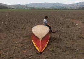 Una lancha está abandonada en lo que fue la orilla de la Laguna de Atescatempa, En Jutiapa. (Foto Prensa Libre AFP)