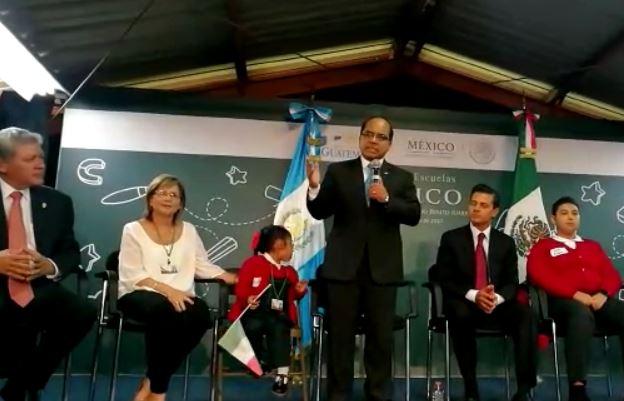 El ministro de Educación ofreció su discurso, mientras Manuela se distraía por momentos.