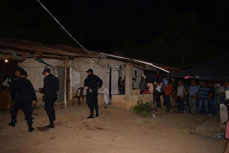 Vecinos llegan a la vivienda de Orbelinda Morales Molina, de 40 años, quien habría sido asesinada por su exesposo, en la aldea Tablones, Zacapa. (Foto Prensa Libre: Mario Morales)
