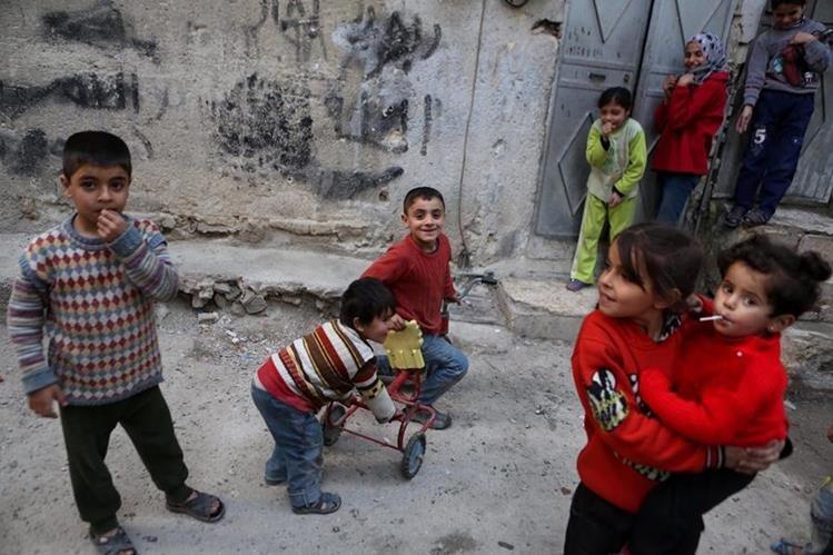 Niños sirios salen a jugar en zonas de Damasco donde el sábado entró en vigencia un alto el fuego entre el Gobierno y rebeldes. (Foto Prensa Libre: AFP)