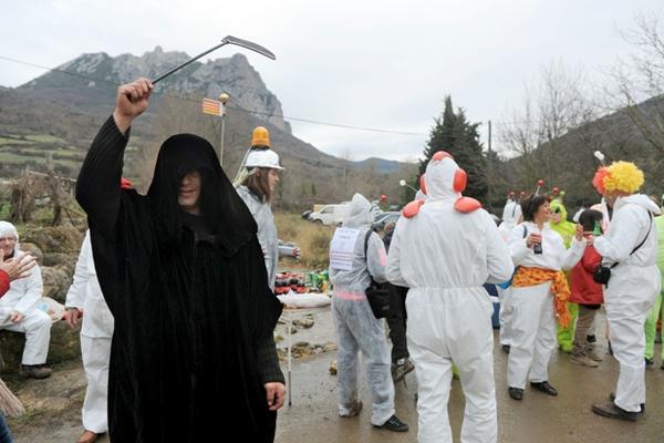 <p>Variedad de disfraces pueden observarse en Bugarach. (Foto Prensa Libre: AFP)</p>