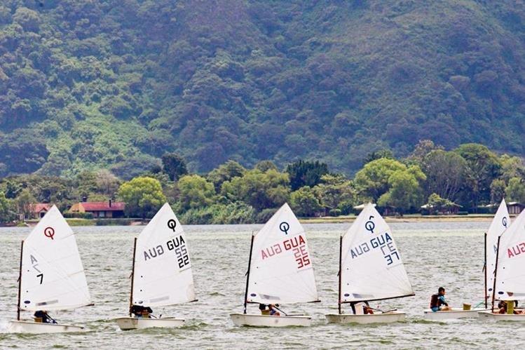 cada tarde de sábado se puede apreciar el desfile de veleros en Amatitlán. En la fotografía, las embarcaciones de Sunfish. (Foto Prensa Libre: Norvin Mendoza)