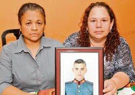 ANA Domínguez de Leonardo y su cuñada Ana María Leonardo sostienen la fotografía del cadete de la Escuela Politécnica Luis Leonel Leonardo Domínguez.