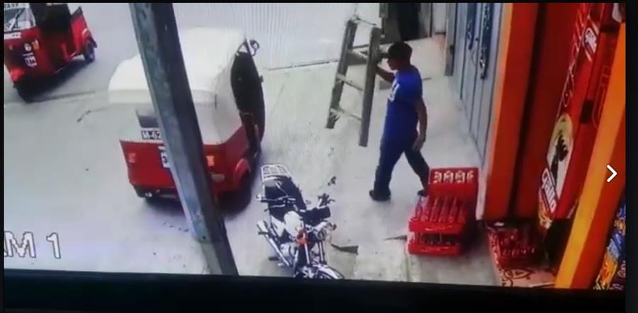Un hombre fue grabado cuando roba una escalera en Esquipulas, Chiquimula. (Foto Prensa Libre: Facebook Esquipulas Televisión)
