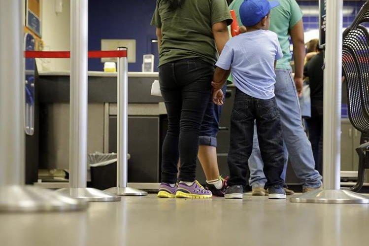 Un niño salvadoreño espera junto a sus familiares luego de ser liberados de un centro de detención en EE. UU. (Foto Prensa Libre: AP).