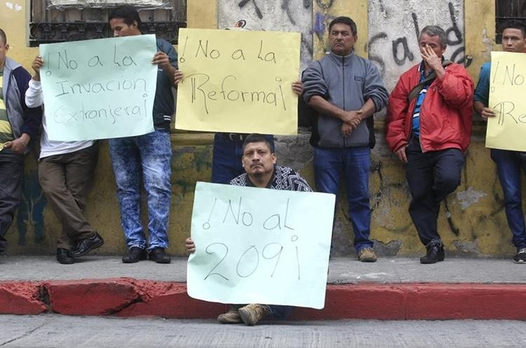 Varias personas manifestaron afuera del Congreso contra las reformas. Una de ellas, Fidel Gabriel,  admitió que desconocía a qué había llegado a ese lugar.
