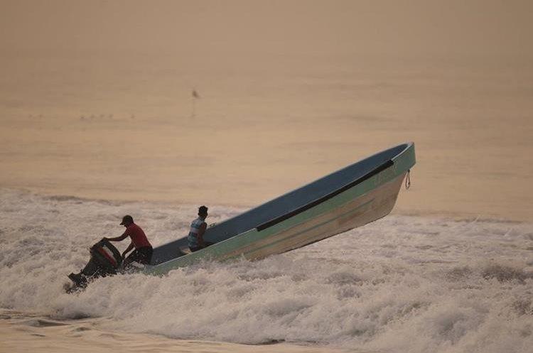 La pesca es de una de las actividades comunes en Monterrico. (Foto Prensa Libre: Carlos Hernández)