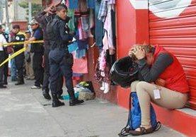 Familiares lloran a Mar'a AngéŽlica Ru'z Benito, quien murió baleada el 4 de marzo pasado en la 18 calle y 16 avenida zona 6, de la capital. (Foto Prensa Libre: Hemeroteca PL)