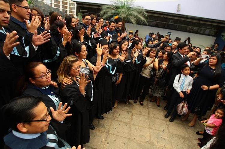 Los estudiantes con discapacidad auditiva y sus familias, después del acto de graduación. (Foto Prensa Libre: Álvaro Interiano)