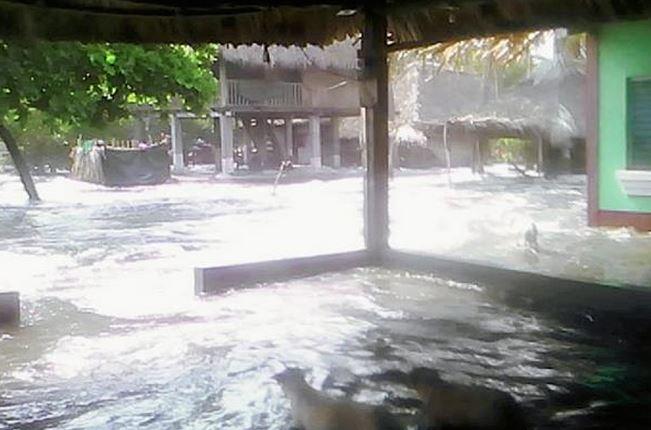 El fuerte oleaje causó inundaciones y daños en sectores cercanos a la playa en aldea La Barrona, Moyuta, Jutiapa. (Foto Prensa Libre: Óscar González)