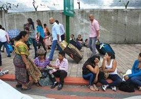 Personas que exigen vivienda mantienen obstruida la entrada a la terminal aérea.