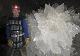 Mario Corsalini se encuentra cerca de un cristal de rosetón de yeso en de cuevas Naica,México.(AP).