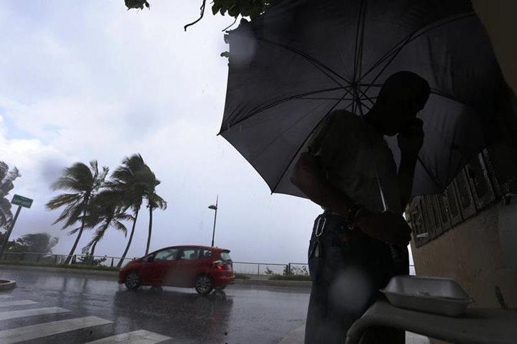 En San Juan, Puerto Rico se prepara ante el inminente paso del huracán Irma. (Foto Prensa Libre:EFE).