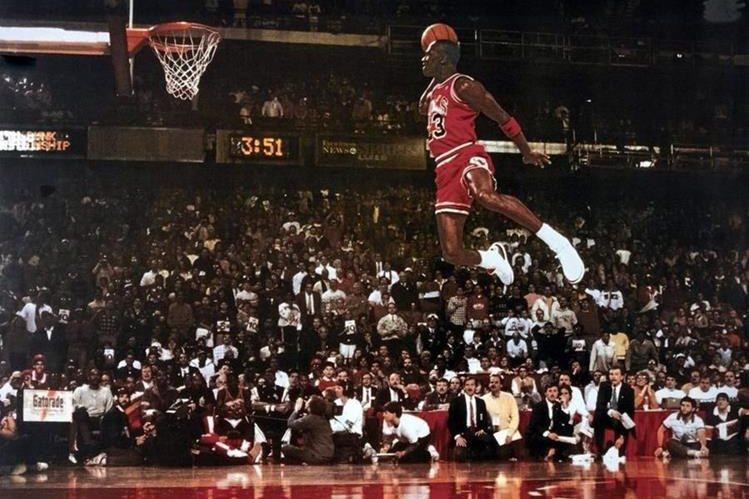 Michael Jordan es considerado el mejor jugador de baloncesto en toda la historia y se convirtió en el ícono de la NBA con el número 23 de los Bulls de Chicago. (Foto Prensa Libre: Hemeroteca)
