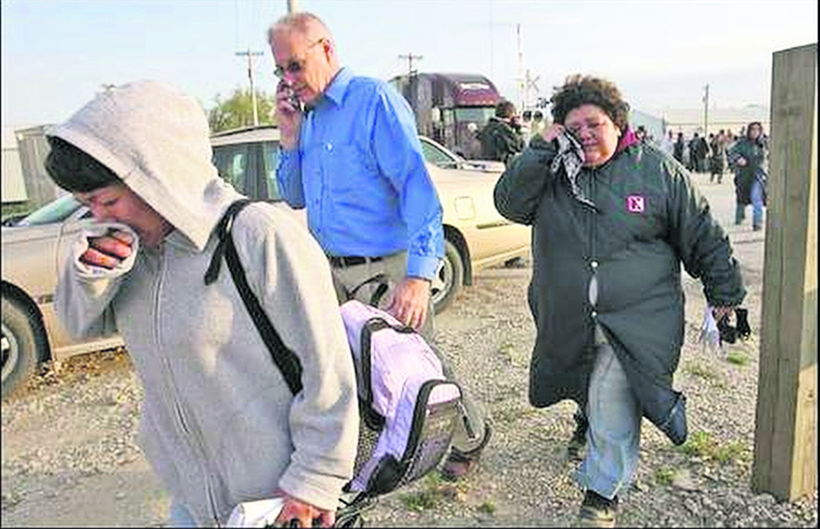 Inmigrantes empleados de la procesadora de carne de Postville, Iowa, lloran al saber de su deportación inminente. (Foto: Hemeroteca PL)