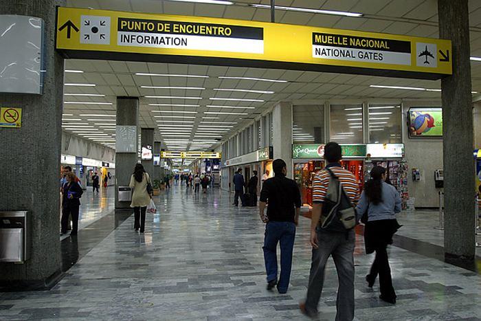 <em>La policía detuvo a la mujer en el aeropuerto de Bogotá con las cápsulas ocultas dentro de su cuerpo. (Foto Prensa Libre: Internet). </em>