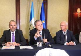 El embajador de la UE, Stefano Gatto -al centro-, durante una actividad previa a la reunión con el presidente Jimmy Morales. (Foto Prensa Libre: Esbin García)
