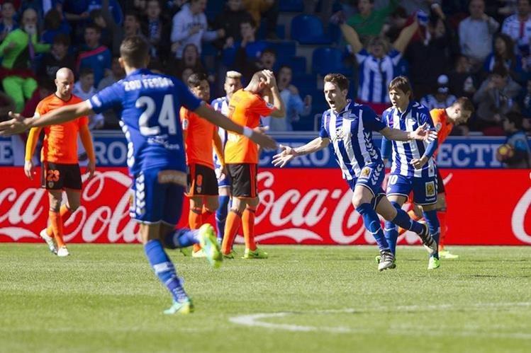 El Alavés le dio la vuelta al marcador rápidamente y dio un golpe al equipo valenciano. (Foto Prensa Libre: EFE)